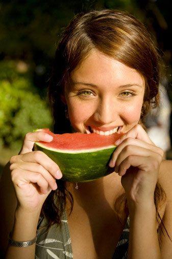 Karpuz  Tam bir C vitamini deposudur. Ayrıca karotenoid (beta-karotenin de üyesi olduğu, bitki ve hayvanlarda bulunan yeşil ve sarı pigmentler ki hastalıklara karşı etkili oldukları biliniyor.) ve yüksek miktarda lif içeren karpuzun kalorisi de düşüktür.